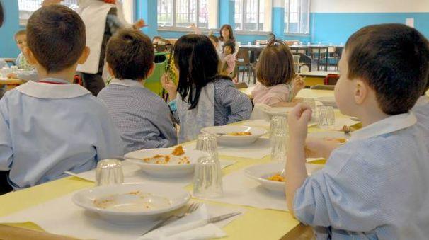 Bambini all'interno di una mensa scolastica: le verifiche tecniche hanno dato esito negativo