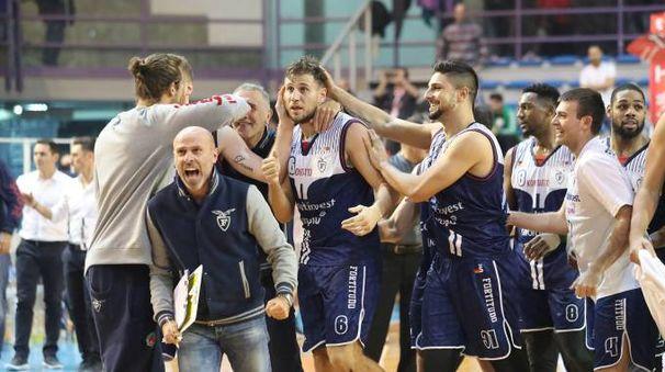 I giocatori della Fortitudo festeggiano la vittoria contro Imola (foto IsolaPress)