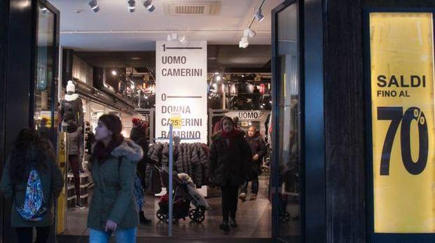 Un negozio in centro con le porte aperte