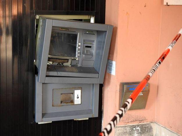 Il dispositivo ha 'retto' costringendo i malviventi alla fuga (Foto Scardovi)