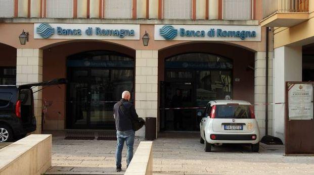 La banca è situata nlla centrale piazza Emaldi di Fusignano (Foto Scardovi)