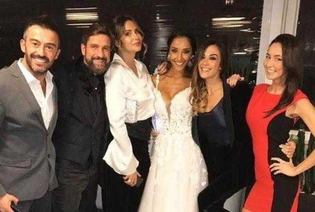 Gli sposi Edoardo Stoppa e Juliana Moreira con alcuni amici (Instagram)