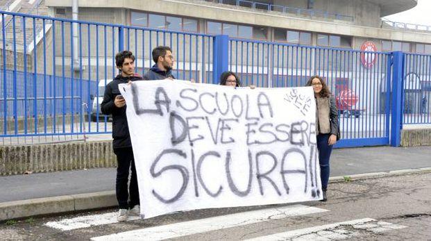 Una delegazione di studenti ha manifestato anche ad Assago dove era presente per un convegno il premier Paolo Gentiloni