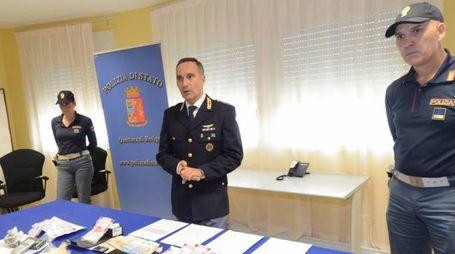 Il commissario Alessandro Coltro illustra l'operazione che ha fatto scattare le manette ai polsi ai quattro spacciatori