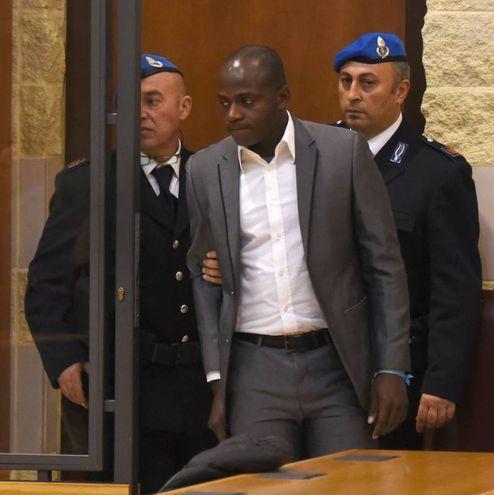 Guerlin Butungu in tribunale in completo grigio e camicia bianca (foto Migliorini)