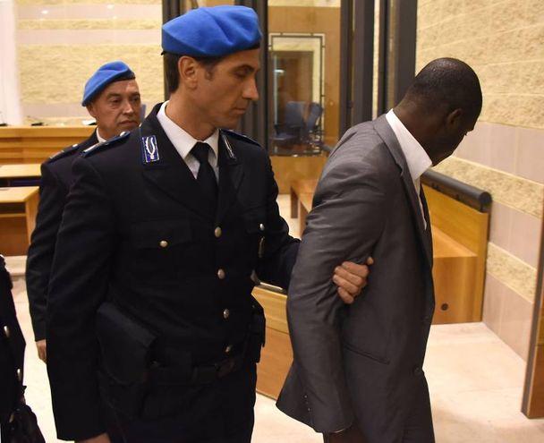 Butungu viene portato via dopo la lettura della sentenza (foto Migliorini)