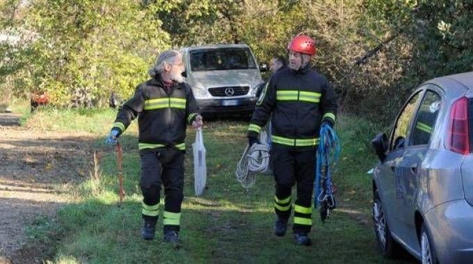 Vigili del fuoco alla scarpata dove è stato trovato il cadavere (foto Calavita)