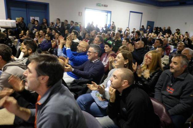 Tanti fan al maxischermo alla Fabbrica delle Candele (foto Frasca
