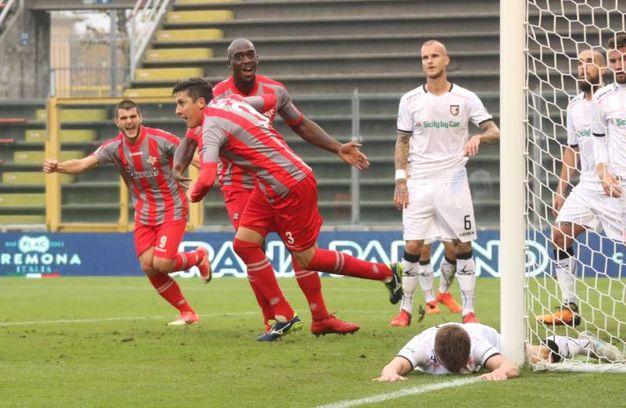 Claiton della Cremonese esulta per il gol 1-0