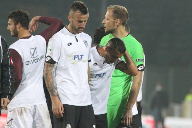 La delusione dei giocatori del Cesena a fine partita (foto Ravaglia)