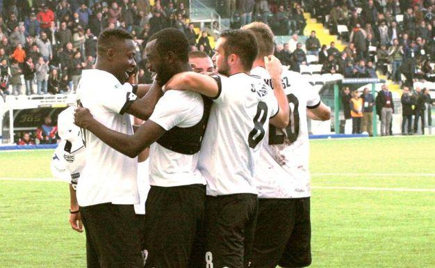 L'abbraccio dei giocatori del Cesena (foto Ravaglia)
