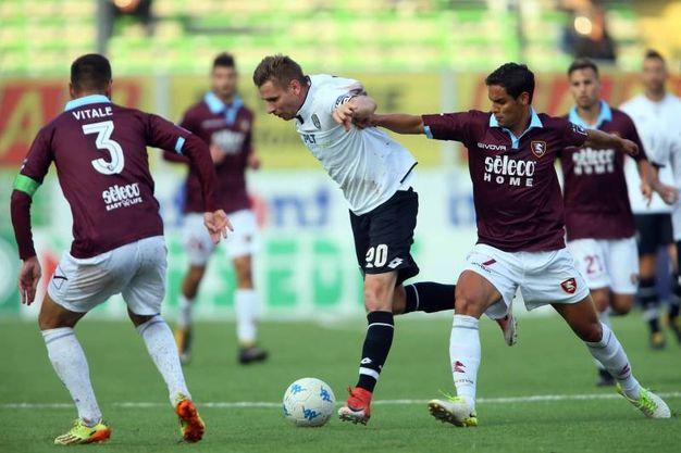 Kupisz contrastato dai giocatori della Salernitana (foto LaPresse)