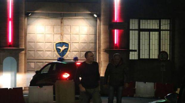 Via vai di militari e investigatori all'esterno  della caserma 'Gamerra' poco dopo la tragica scoperta