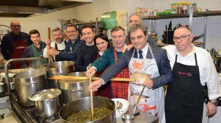 Al ristorante Don Bosco il sindaco Bergamin con assessori e consiglieri comunali mentre preparano la cena di beneficenza