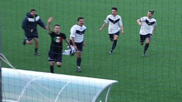 Marzabotto, un giocatore del 65 Futa fa il saluto romano dopo aver segnato un gol