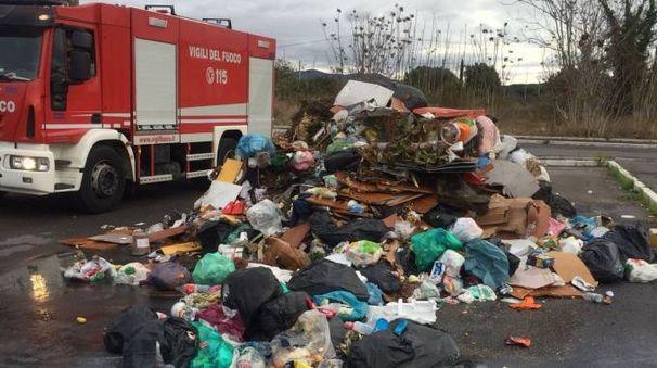 I rifiuti scaricati (foto Vigili del fuoco)