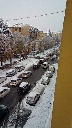 Tutti in fila sotto la neve