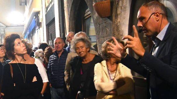 Esaminatori protestano ad Arezzo contro l'uomo molto conosciuto  a Prato