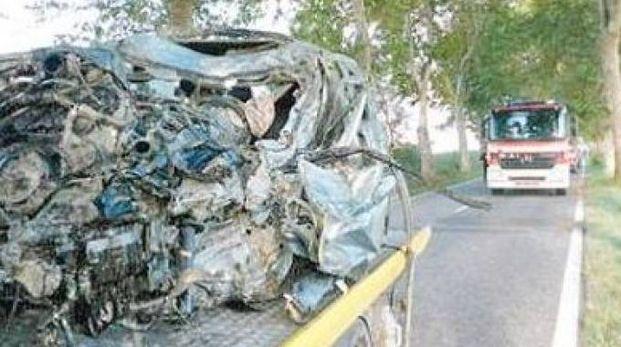 L'auto devastata dopo lo schianto (foto archivio)