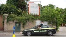 Una pattuglia della Guardia di finanza davanti a un'area di proprietà della Sapro