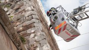 L'intervento dei vigili del fuoco dopo la caduta di pietre dalla Torre di Vanni Fucci (Acerboni/ FotoCastellani)