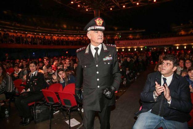 Tullio Del Sette comandante generale dell'Arma dei carabinieri insieme ai ragazzi
