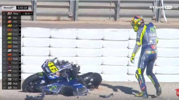Valencia, Valentino Rossi dopo la caduta (Youtube)