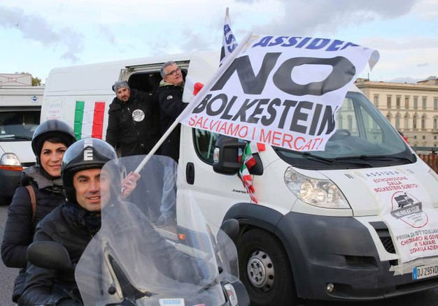 Corteo per le vie di Firenze degli ambulanti toscani contro la Bolkestein.  (Foto Mori/New Press Photo)