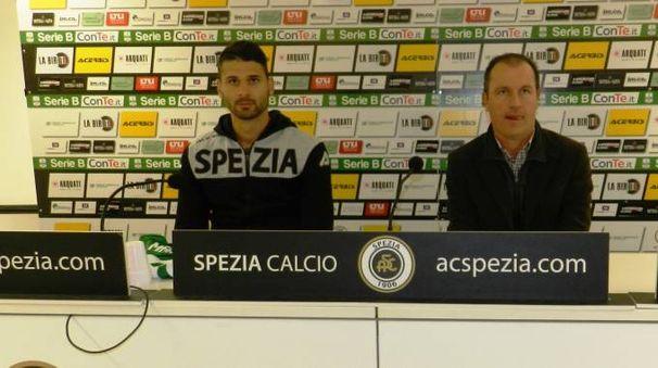 Il neo aquilotto Nicolò Manfredini e il ds Gianluca Andrissi