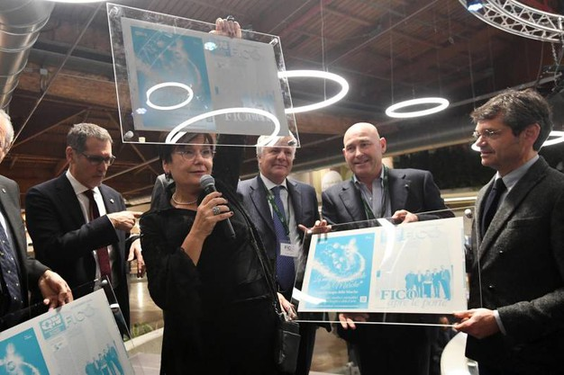 Tiziana Primori alza la lastra (foto Schicchi)