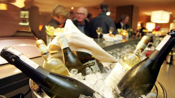 Aprire le bottiglie di champagne con la sciabola è una tecnica spettacolare, ma può presentare qualche rischio