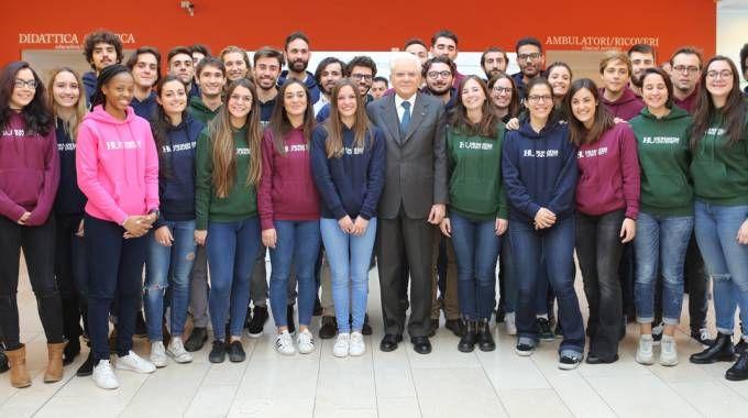 Sergio Mattarella circondato dagli studenti