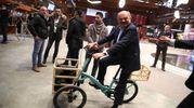Oscar Farinetti con le bici date in dotazione ai visitatori (Ansa)