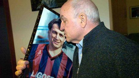 Donato 'Denis' Bergamini (nella foto con il padre Domizio) venne trovato morto il 18 novembre 1989 in Calabria