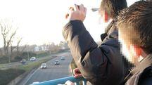 Sassi contro le auto (Foto di repertorio Mds)