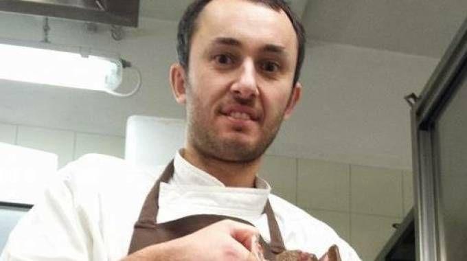AL LAVORO Lo chef Alberto Faccani; sotto, con lo staff del 'Magnolia' di Cesenatico