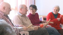 Alessia Arena insieme a degli anziani di una Rsa