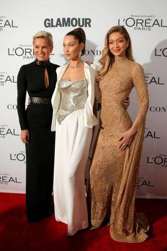 Gigi Hadid con la sorella Bella e la mamma Yolanda Foster (LaPresse)