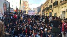 Studenti in piazza a Torre del Greco (Ansa)
