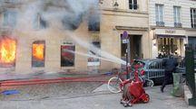 """In fiamme la libreria """"La Hune"""" a Parigi (Afp)"""