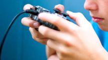 Un ragazzino gioca con i videogame in un'immagine di repertorio