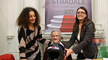 Al centro, la centenaria Luisa Zappitelli durante la manifestazione