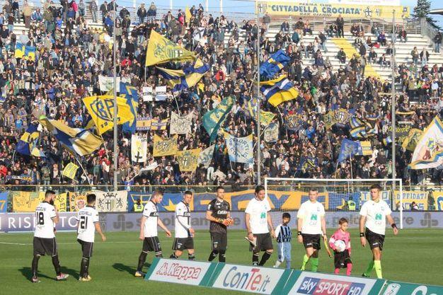Le squadre entrano in campo (foto LaPresse)