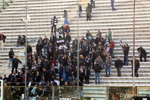 I tifosi dell'Ascoli allo stadio 'Tardini' (foto LaPresse)