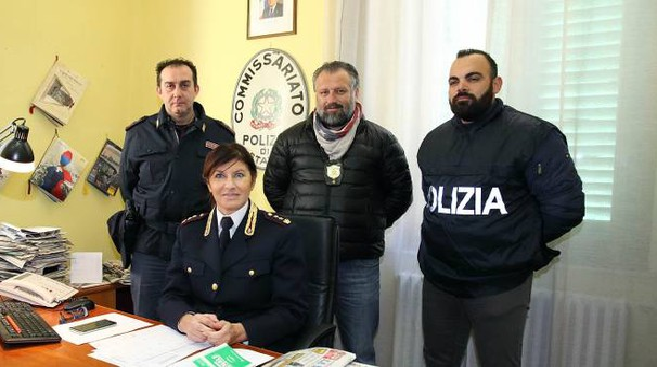 Il vicequestore Ferasin con gli agenti del commissariato