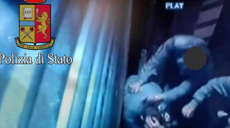 I filmati  di videosorveglianza diffusi dalla polizia mostrano il pestaggio del ragazzo