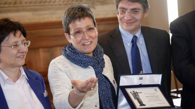 Annamaria Berenzi mostra il premio  Italian Teacher
