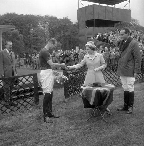 Nel 1963 a una gara di cavalli (Lapresse)