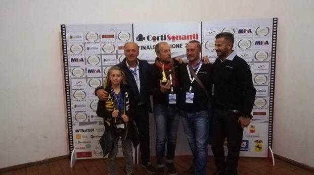 Ottavio Mura con il premio, lo staff e uno dei protagonisti del film (il bambino)