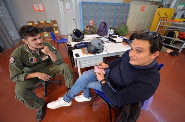 Breafing con il nostro cronista prima del volo (foto di Luca Castellani)